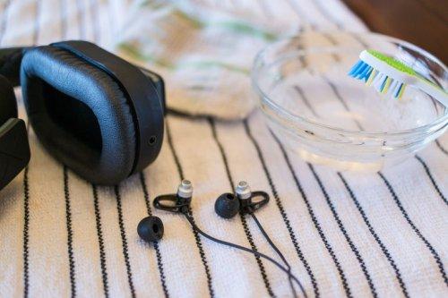cara membersihkan earphone yang kotor