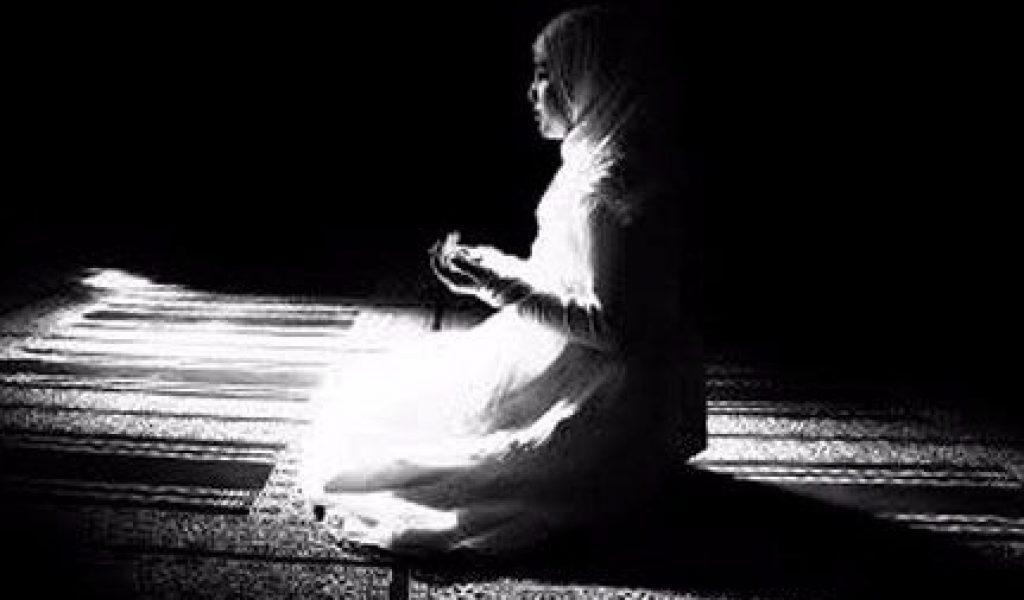 Tata Cara Sholat TAHAJUD : Niat, Doa, Bacaan, Waktu LENGKAP