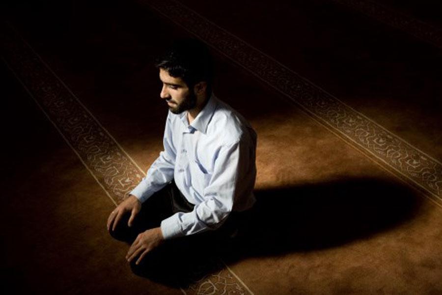 Tata Cara Sholat HAJAT : Niat, Doa, Bacaan & Waktunya ...