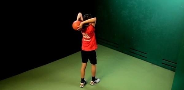 Melempar bola tenis ke arah dinding