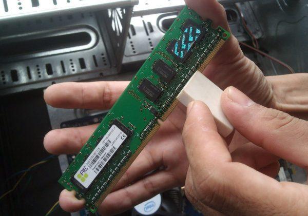 cara mengatasi laptop blank dengan membersihkan RAM