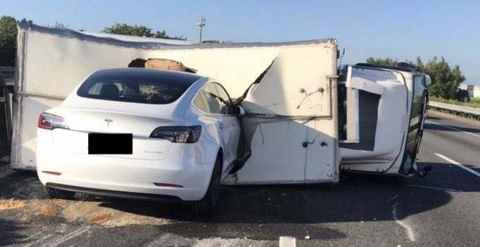 Mobil Tesla Tabrak Truk Terguling