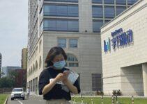 Wanita Berpapasan di depan kantor ByteDance - Pemerintah China Tentang TikTok